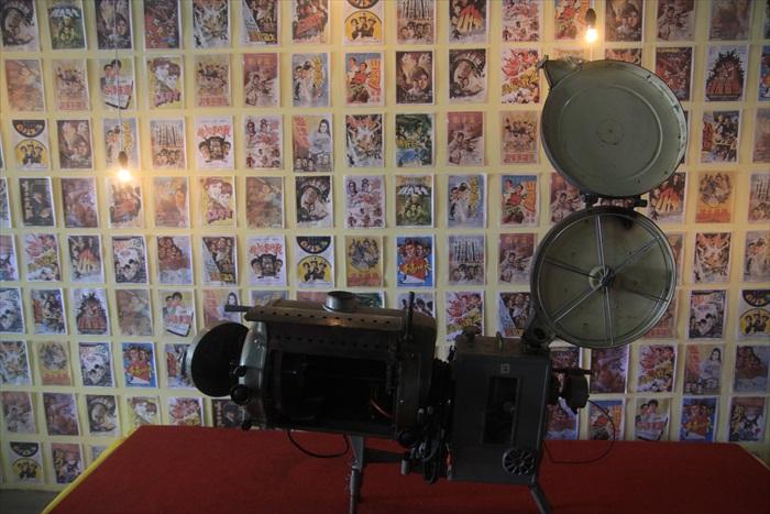 早年岛上戏院里放映的播放器材,背景乃那些年播放过的电影。