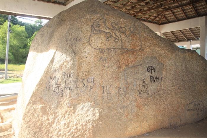 据说,这里大石头逐年长大,石头上还刻着神秘图腾,神话故事一代传一代。
