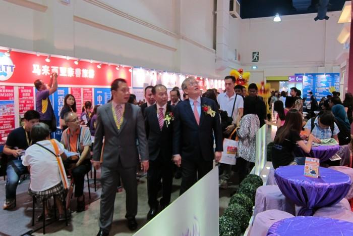马来西亚旅游促进局主席黄朱强(右)也伴着舞狮现身会场。