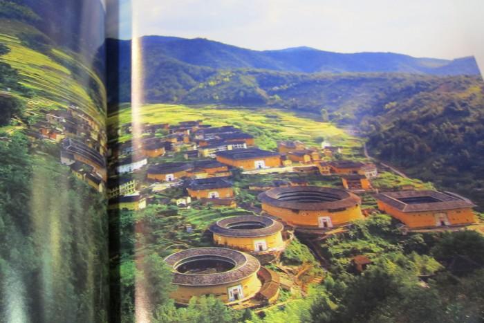 册子里头有着许多精致图片。