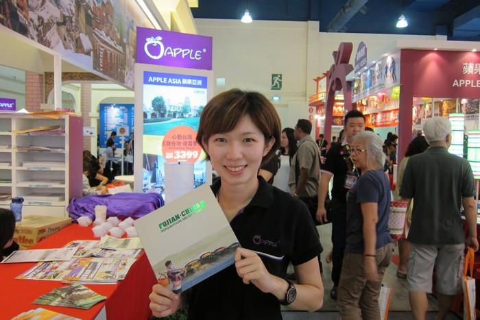 推广中心展摊发放最新的福建旅游宣传册子。