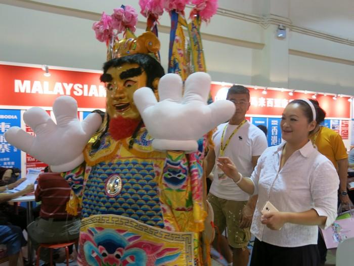 来自台湾旅游局的电音三太子,俏皮可爱的巡游蘋果旅遊展摊!