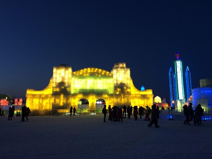 不同造型的冰雕,夜里在彩灯照射下,显得更绚丽夺目,仿佛进入童话世界!