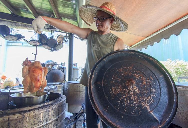 去到老妈妈手工酱油,可别忘了品尝美味的豆腐乳桶仔鸡。