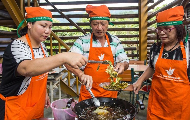 """位于宜兰县冬山乡全国第一座休闲农业示范区的 """"内山茶园"""",可体验现采茶菁,还有现炸茶叶酥的无穷乐趣。"""