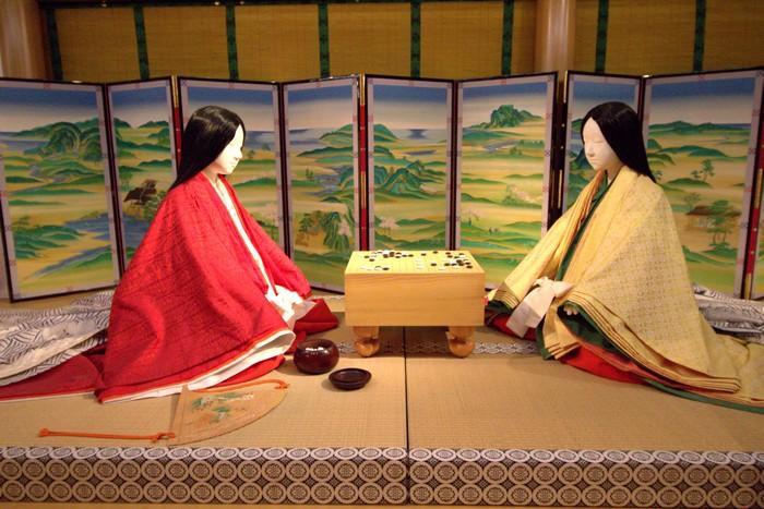:这位便是光源氏,此时的他正在偷窥空蝉和轩端荻下棋,源氏物语里的两位男主角都爱偷窥,后面会再提到薰也爱偷窥。