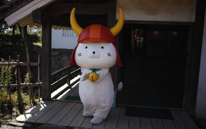 如果你非常幸运的遇见Hikonyan(彦猫咪),可别忘了拍照留念。这只Hikonyan可爱温驯的模样可软化了许多日本人的心啊。它可是日本内最受欢迎的吉祥物之一!