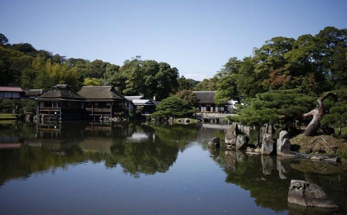 花了7年时间营造的玄宫园,时隔多年依然保留了江户时代初期之庭院风貌。广阔的池泉为中心,巧妙架接与9座桥等建筑,丰富了玄宫园的精致庭院景观。