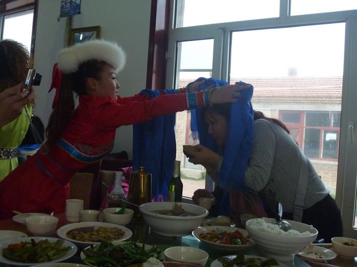 献哈达,蒙古族日常迎送客人不可缺少的礼节。