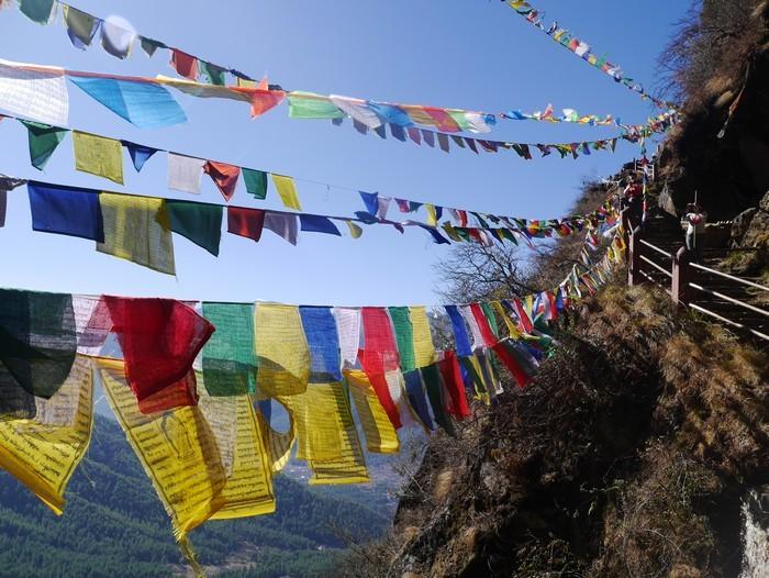 彩色经文在风中飘扬,空气中都充满了浓厚的宗教色彩,