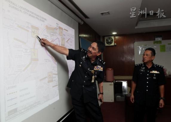 万白里(左)讲述警方封锁的路段。右为吉隆坡交警主任纳兹里助理总监。(图:星洲日报)