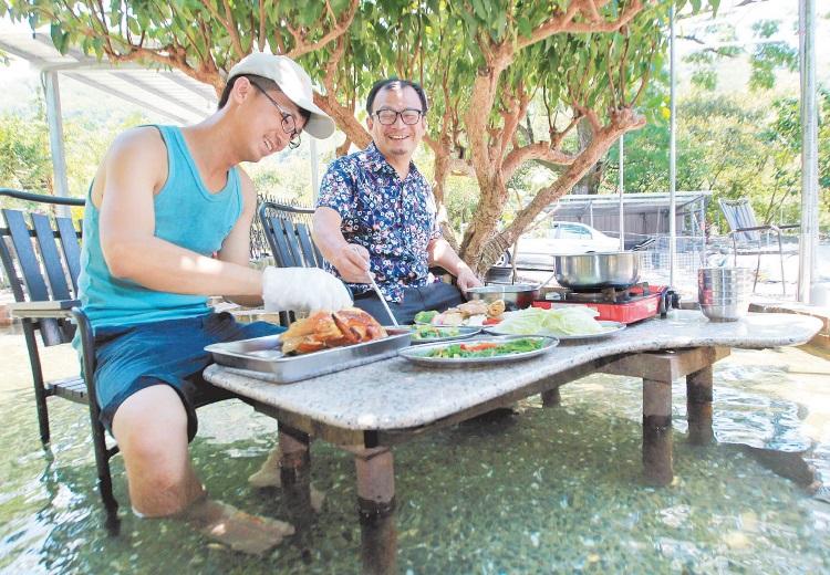 蜜蜜鸡地企业社让游客可坐在冰凉的山泉水中,享用皮脆肉滑的烤鸡,体验与众不同的用餐乐趣。