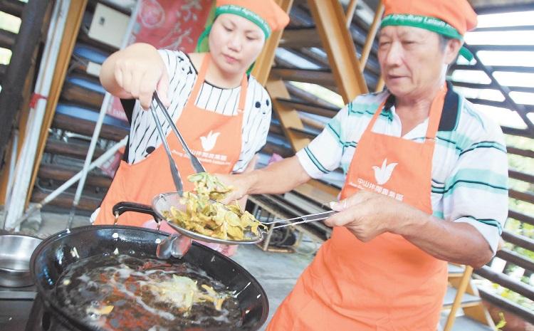在內山茶园採來的茶,经油炸制成小吃酥脆可口。