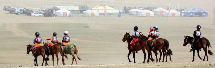 蒙古人是长在马背上的民族,小孩在3岁时就开始骑马。