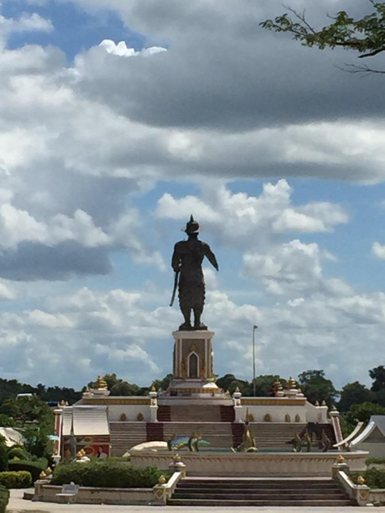 老军人塑像;傲视在老挝境内1835公里长的湄公河。