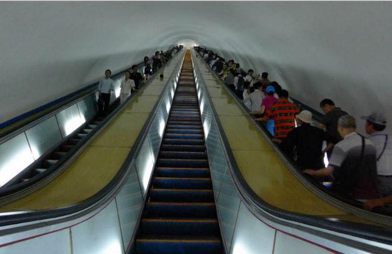 从地面到月台的距离,得乘约3分钟的电动扶梯才能抵达。