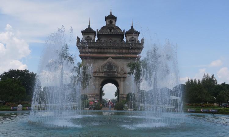 寮国凯旋门;与法国的凯旋门相似,建筑具本土特色,例如表面绘有神话中的生物。