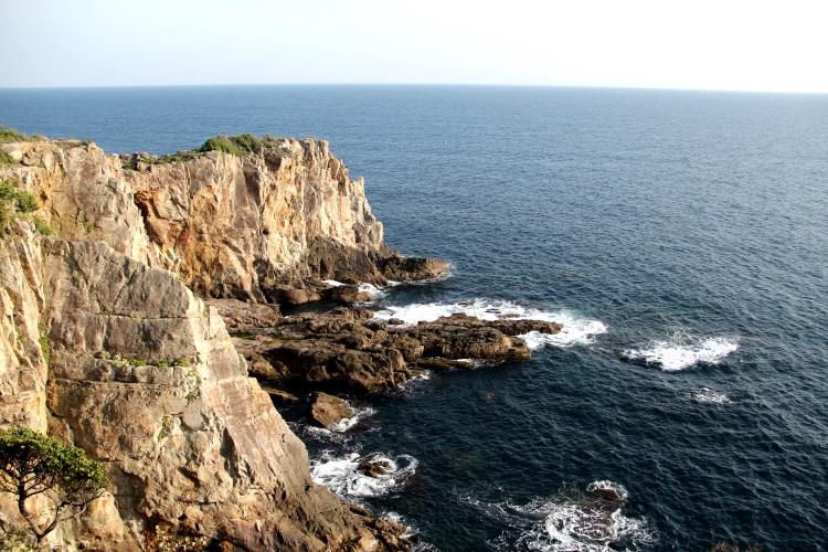 波濤洶湧的海浪拍在打著三段壁的峭壁時,雄偉壯觀。