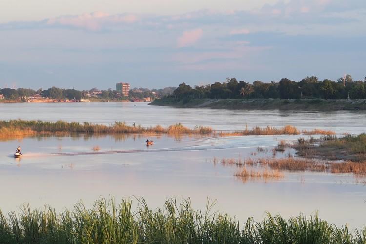 4世纪建都的万象市就建在湄公河湖畔;对面是泰国。