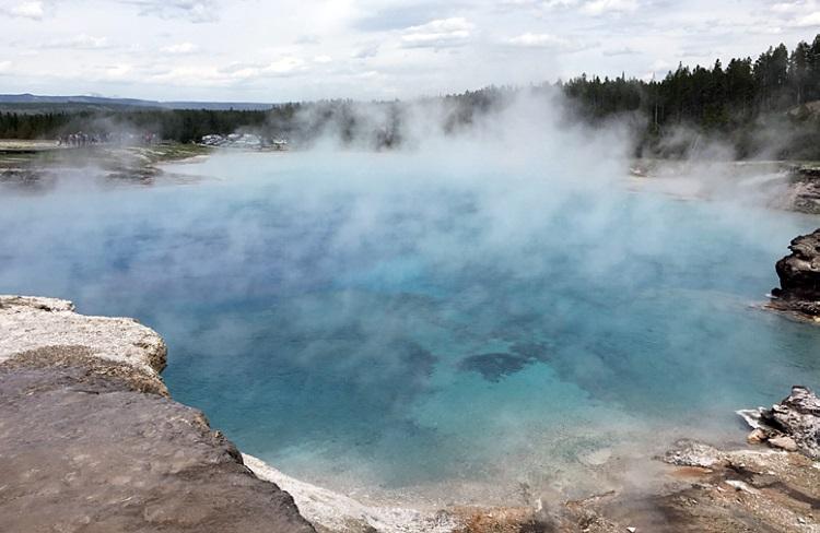 热腾腾蓝色大温泉,也是老忠实范围的主角之一。