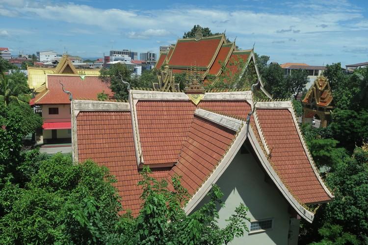 首都万象市人口85万,85%信奉佛教;市内有39座占地相当广阔的庙宇。