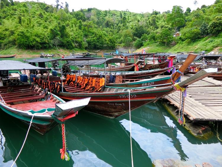 每艘船的船头都以色彩鲜艳的不条或彩绳为装饰。