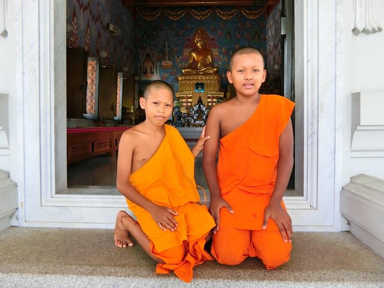 白庙内处处可见小僧侣。