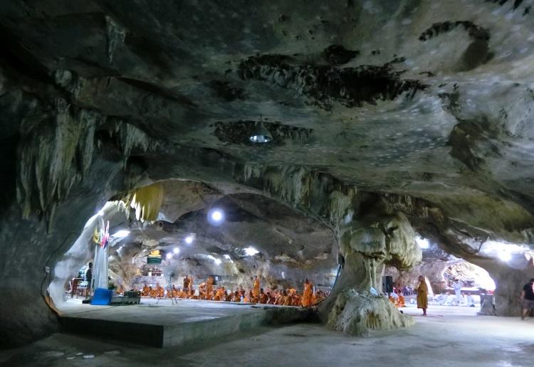 洞穴所属的寺庙不时会举办 短期的课程,让僧侣和民众在洞穴内打坐,学习灵修。