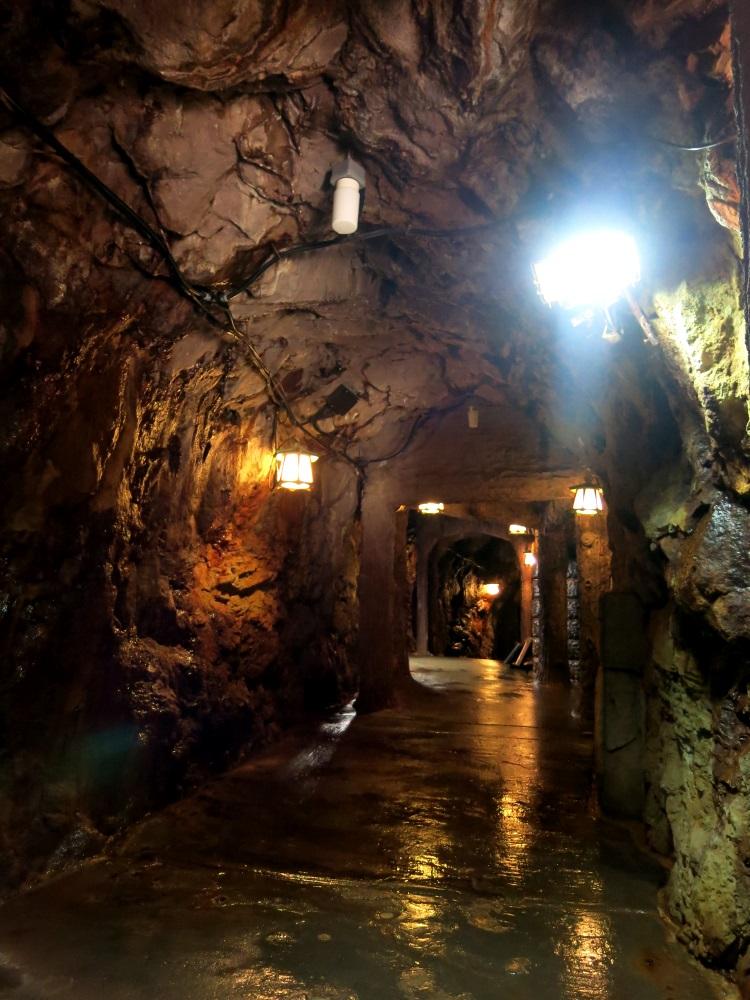 曾经是古代水寨的三段壁洞窟。(一)