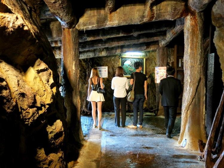 曾经是古代水寨的三段壁洞窟。(二)