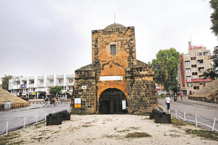城门比想像中小,旁边则可以看到部分城墙遗址。