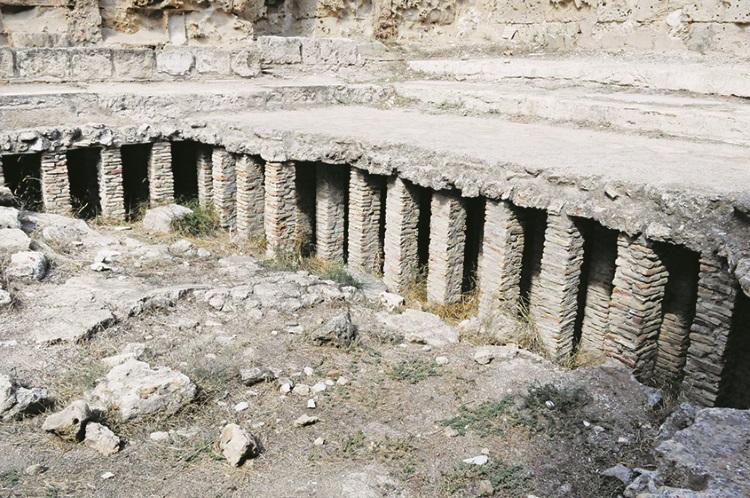 古代罗马人很聪明,他们精于建筑;在大澡堂里,会有桑拿房,图中这些柱子其实是位于澡堂底下,隔壁会起火,热气透过底下的空间传递到桑拿房。