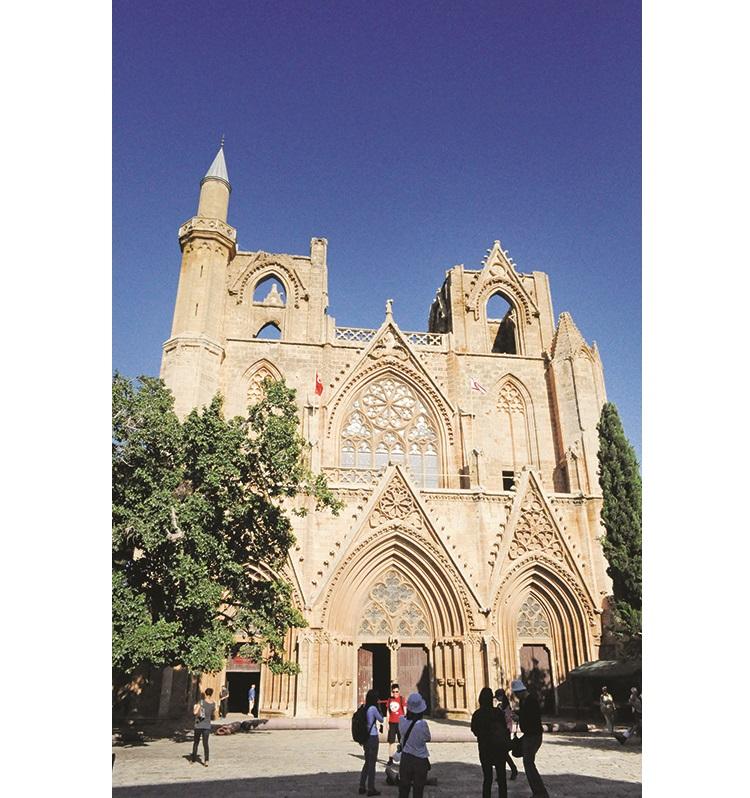 拉拉穆斯塔法帕萨清真寺的前身是圣尼古拉斯天主教堂,教堂前面的大树是塞浦路斯最高龄的树。迄今超过700年。