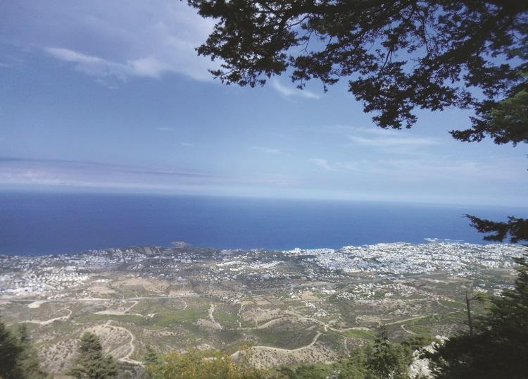 从承包高处遥望远处,可看到凯里尼亚城,以及一望无际的蔚蓝地中海。
