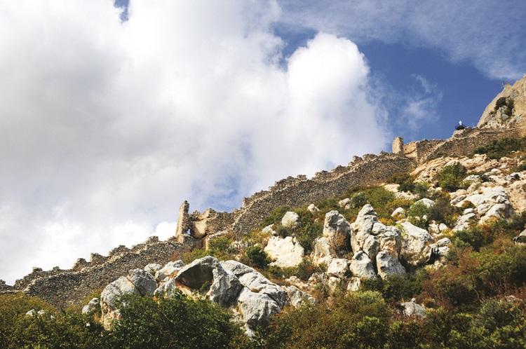 圣希拉里昂城堡的城墙,宛如长龙般连绵于山丘,古人的建筑技术果然不能小看