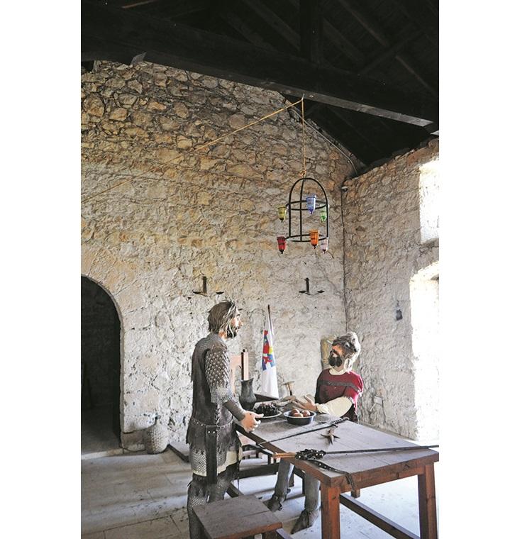 城堡内还有士兵家人,穿着中世纪灰甲,为游客再现了古时的场景。