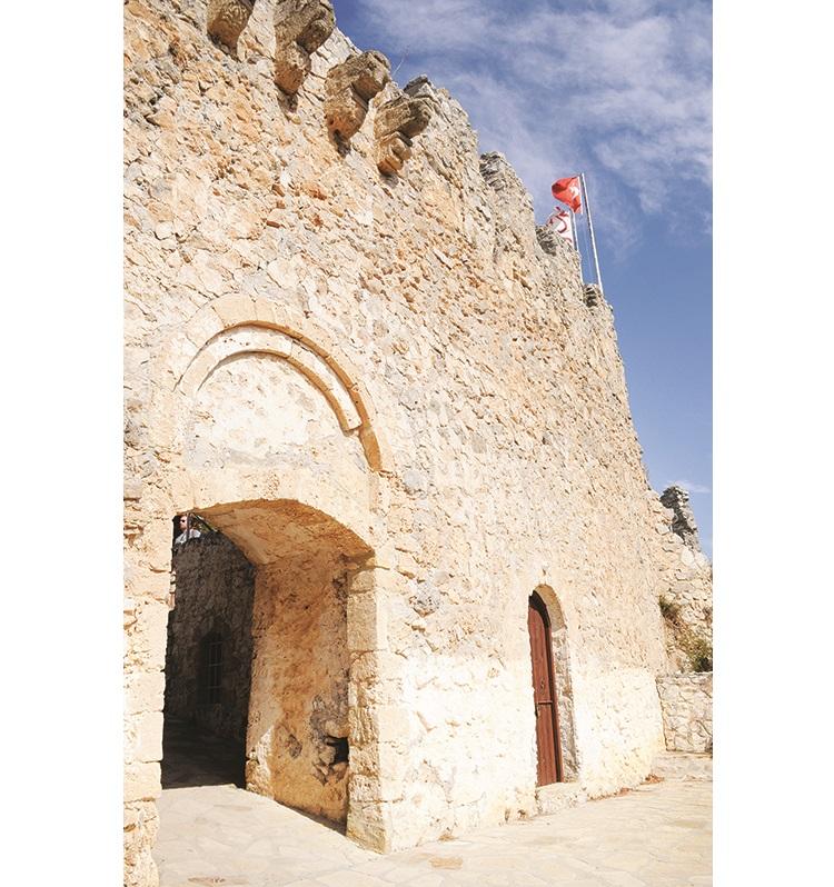 斑驳的城门,经历了数百年的风吹雨打,依然坚强地捍卫这片美土。