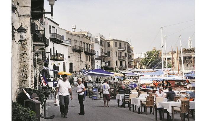 港口很热闹,这里有许多海鲜餐厅,让你可以品尝到最新鲜的海鲜料理。