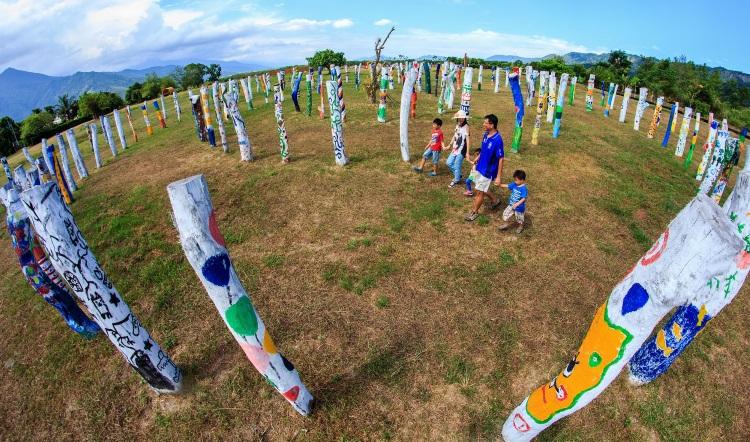 """彩色木椿--生命宝树周遭围绕著多处彩色木椿,风格十分特殊。这个地点就在""""大农大富平地森林园区""""。"""