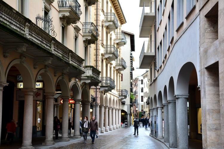 商业行步街特色十足的拱廊与意式时尚结合,绘出优雅奢华盛装。