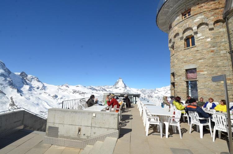对欧洲人来说,无论何时何地都必须做两件事:坐下来喝咖啡及晒太阳,即使在大雪山也不例外。