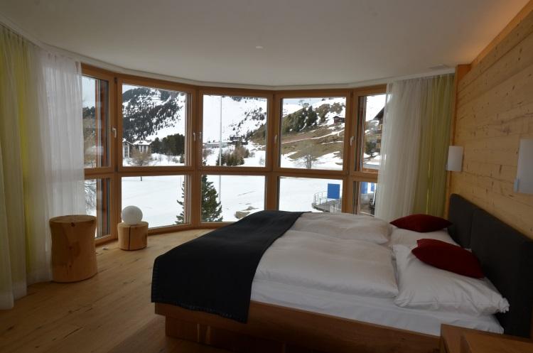 宽畅的房间,最亮眼的是能把雪景引入房间的落地窗户!