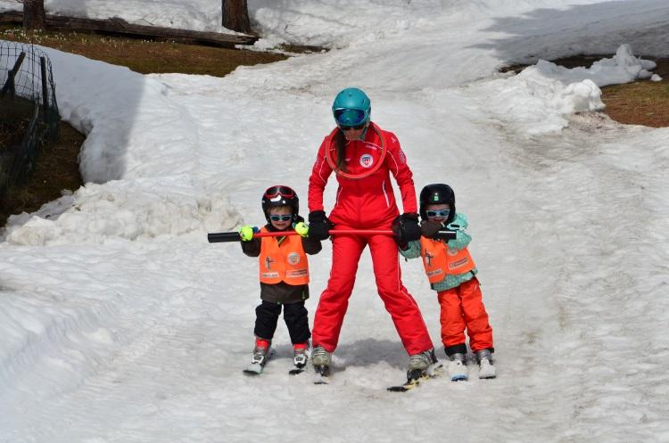 瑞士人的滑雪技术是从小培养出来的,雪场有儿童滑雪教练,我们也很想这样玩!