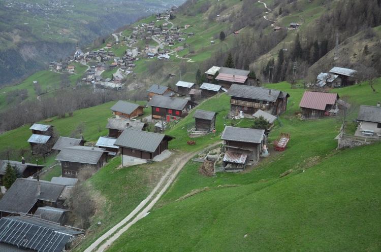 搭缆车可以很近距离看到山脊小屋的真面目。