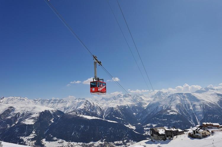 乘搭缆车上埃基斯峰的过程,可以高角度欣赏周围众山壮观景色及山坡的滑雪场。