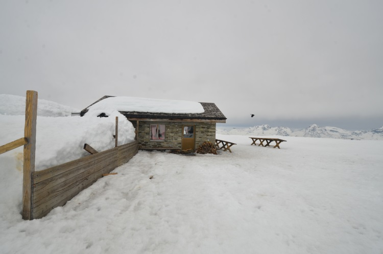 埃基斯峰缆车站出来看到这间小茶馆孤伶伶地驻守空无一人的山脉。