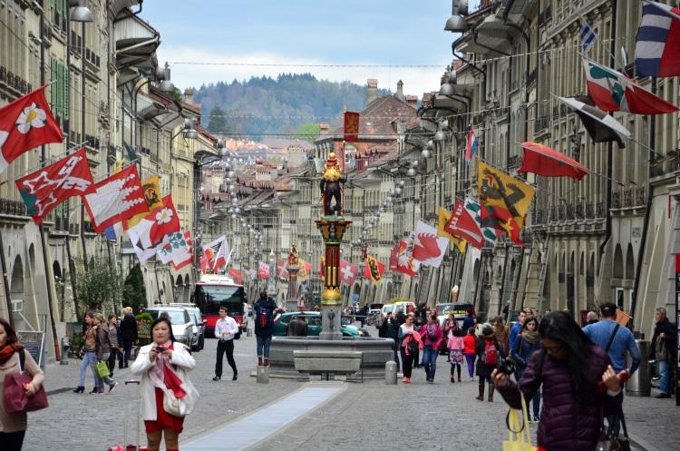 老城区主街缤纷的旗帜为中古世纪的城域添上一种永远欢腾的嘉年华感觉。