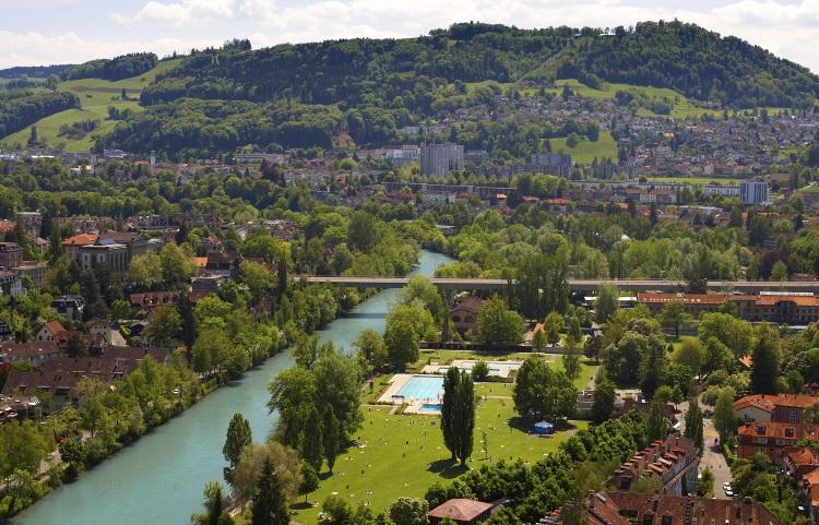 阿雷河绕过古城区,城的另一面显得特别青葱碧绿。
