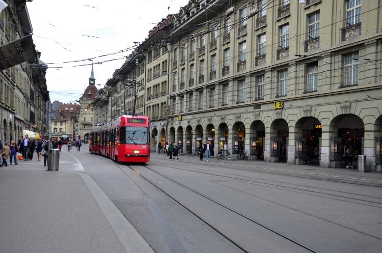 6 公里的拱形长廊是16 世纪的典雅杰作,电车穿梭其间,加深了悠古情怀的电影感画面。