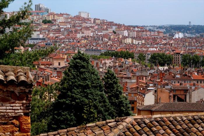 历史悠久的里昂,新旧建筑物交错。